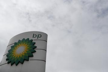 BP essuie une perte massive et baisse son dividende dans un marché en crise)