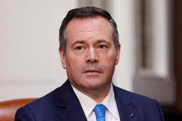 COVID-19 Deux ministres albertaines critiquent les comportements de Jason Kenney)