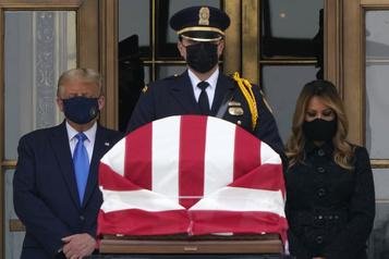 Trump se recueille, sous les huées, devant le cercueil de Ruth Bader Ginsburg)