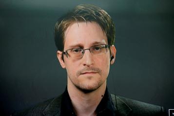 Edward Snowden reçoit un titre de résident permanent en Russie)