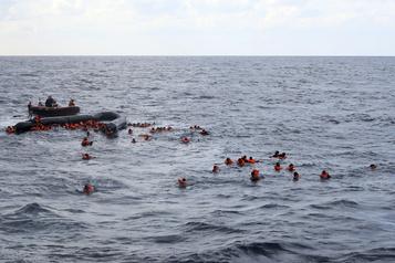 Naufrage au large des côtes libyennes:au moins 74 morts)