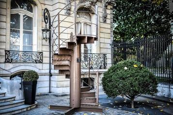 Un morceau d'escalier de la Tour Eiffel, restauré à Saint-Hubert, aux enchères)