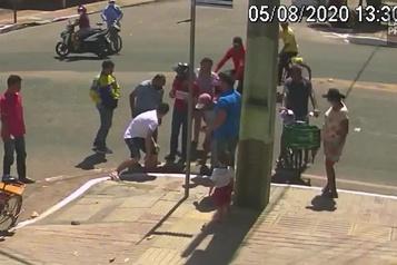 Elle tombe dans une bouche d'égout après un accident de scooter)