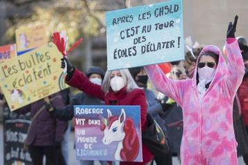 La FTQ manifeste devant les bureaux de François Legault )