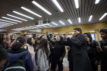 Justin Trudeau prend un bain de foule dans le métro
