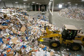 Matières recyclables: Montréal pourrait confier le tri aux cols bleus