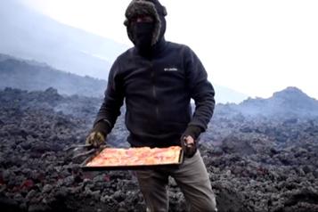 Cuite sur le volcan Pacaya La pizza volcanique: une éruption de saveur)