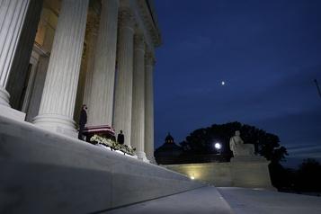 Cour suprême Trump se rend devant la dépouille de la juge Ruth Bader Ginsburg)