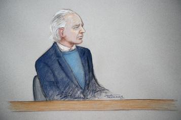 Julian Assange confus et bredouillant devant la justice à Londres