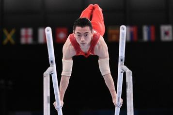 Gymnastique Zou Jingyuan champion sans rival aux barres parallèles)