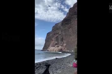 Espagne Un pan d'une falaise s'effondre près de plusieurs véhicules récréatifs)