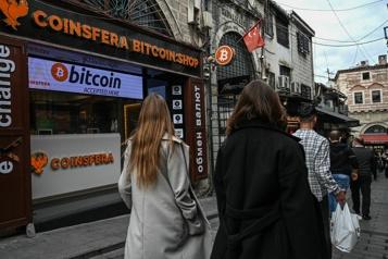 Le bitcoin franchit un sommet historique à plus de 65000$US