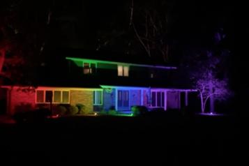 Wisconsin Un couple gai illumine sa maison aux couleurs du drapeau de la fierté)