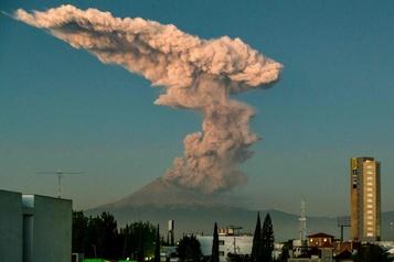 Mexique: gros nuage de cendres au dessus du volcan Popocatepetl