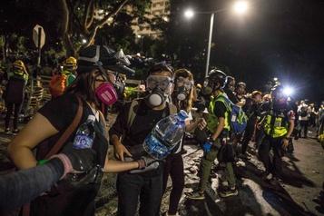 Hong Kong: premiers heurts dans les universités, la police bat en retraite