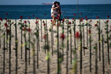 COVID-19 au Brésil Des roses déposées sur la plage en mémoire des victimes )