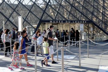 Le Louvre rouvre sous les applaudissements)
