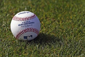 Le baseball majeur propose une saison d'environ 50matchs)