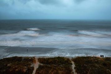 L'ouragan Isaias s'abat sur la Caroline du Nord, risque de pluies meurtrières)