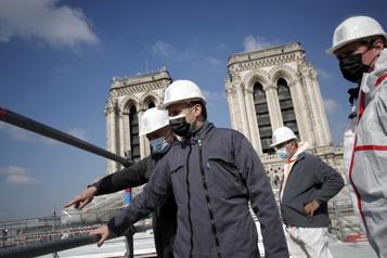 Deux ans après l'incendie Macron sur le toit en travaux de Notre-Dame)