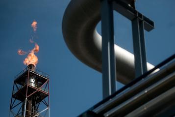 Le pétrole chute plombé par la hausse des stocks américains et la demande morose)