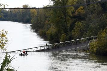 Spectaculaire effondrement d'un pont en France, un mort et un disparu