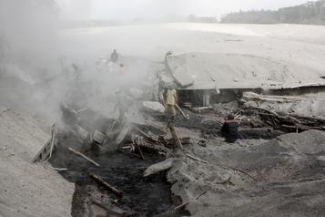 Indonésie Des centaines de villageois fuient l'éruption d'un volcan)