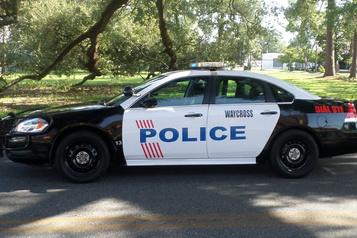 Un policier de la Géorgie tire sur un véhicule occupé par des adolescents)