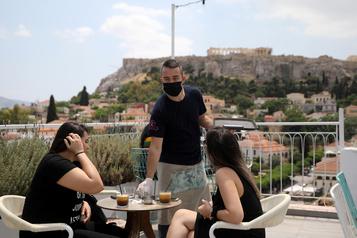 Les cafés et restaurants rouvrent en Grèce)