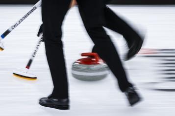 Curling Des tests positifs à la COVID-19 mettent le Mondial sur pause)
