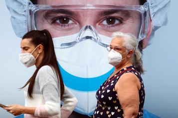 COVID-19 Les contaminations accélèrent dans le monde, surtout en Europe)