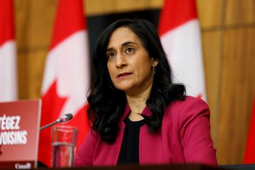 Masques défectueux achetés par Ottawa La ministre Anand promet de récupérer l'argent des contribuables)