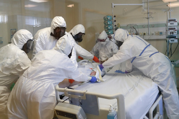 Débordée par le virus, l'Europe multiplie les mesures choc)