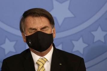 Brésil: Bolsonaro critique à nouveau les mesures de confinement)