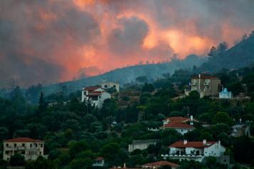 Incendie sur une île grecque: des centaines de touristes évacués