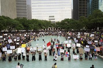 Une foule immense à Houston pour rendre hommage à George Floyd)