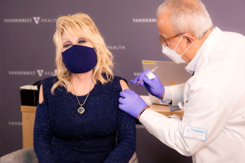 COVID-19 Après avoir chanté le vaccin, Dolly Parton en reçoit une dose)