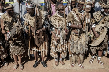 Hommage des Zoulous à leur reine défunte dans les rues de Johannesburg)