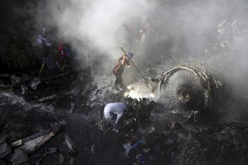 Écrasement d'avion au Pakistan: au moins 97morts)