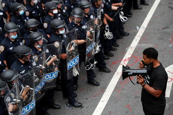 Sous pression, New York revoit le budget de sa police)