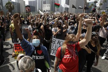 Los Angeles réduit le budget de sa police)