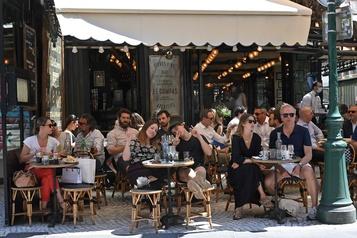 Les Français retrouvent le plaisir du café du matin en terrasse)