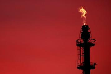 Le pétrole recule, l'OPEP et ses alliés cherchent un accord)