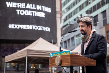 Lin-Manuel Miranda inaugure un site de vaccination à Times Square)