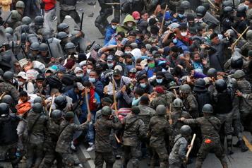Guatemala La police utilise du gaz lacrymogène pour freiner des migrants)