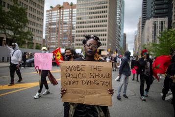 Toronto: des manifestants marchent contre le racisme)