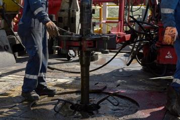 Le pétrole affaibli par un dollar américain vigoureux)