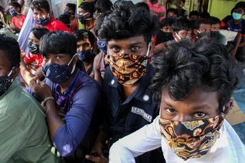 Près de 300 réfugiés rohingya débarquent en Indonésie après plusieurs mois en mer)