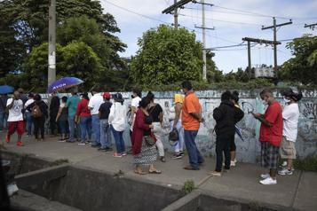 COVID-19 Des milliers de Nicaraguayens font la file pour recevoir une dose de vaccin)