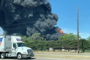 Rockton, Illinois Évacuation autour d'une usine chimique de Lubrizol en feu)